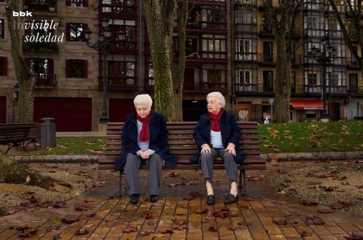 Dvije starije osobe sjede na klupici - dekorativna slika